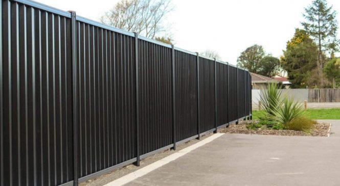 Что такое забор из металлопрофиля и кому он подходит?